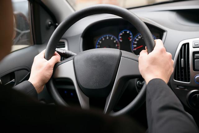 Comment la direction assistée influence-t-elle la maniabilité d'un véhicule