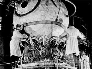 Una capsula Vostok circondata di personale tecnico.