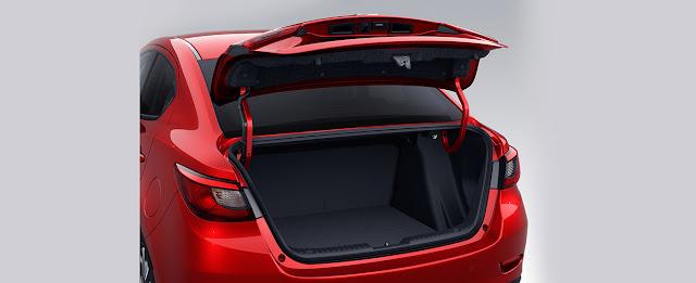 Khoang hành lý của phiên bản Mazda 2 sedan lớn gần gấp đôi bản hatchbank với 440L