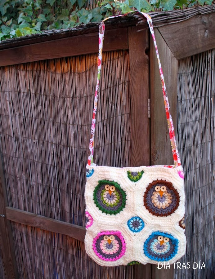 Un bolso con buhos hecho a crochet