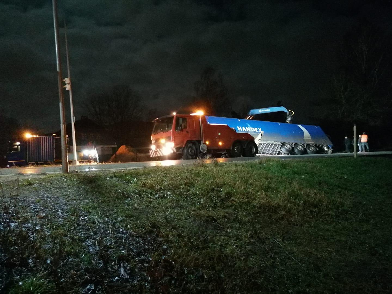 Speciālā kravas auto evakuācijas mašīna negadījuma vietā.