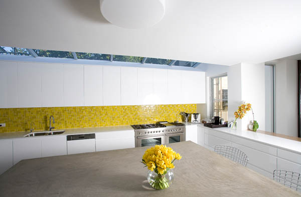 Permukaannya Yang Berkilat Membantu Memantulkan Cahaya Dan Menjadikan Dinding Dapur Penuh Bera