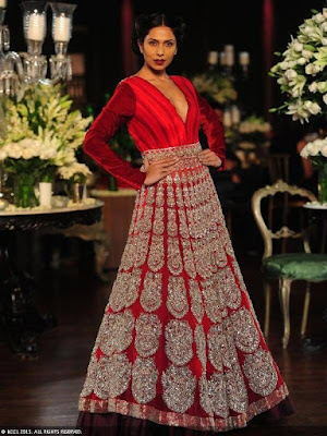 This Indian wedding gown in red color is elegance personified, grace and versatility.