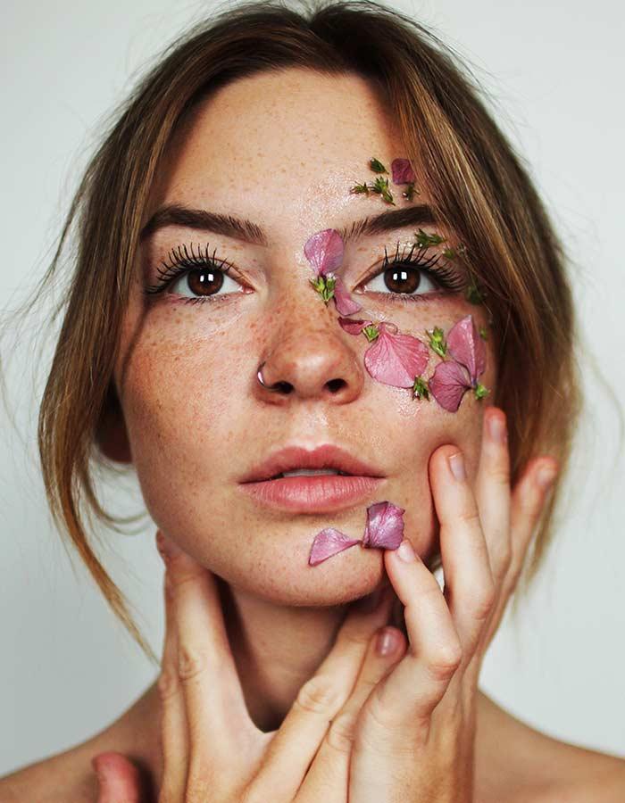 Veja 4 dicas de cuidados com pele oleosa que vão ajudar você a controlar a oleosidade do seu rosto sem gastar muito tempo e dinheiro