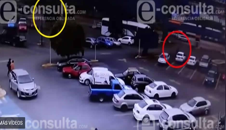 VÍDEO: Al estilo Colombia ejecutan a joven en centro comercial de Puebla