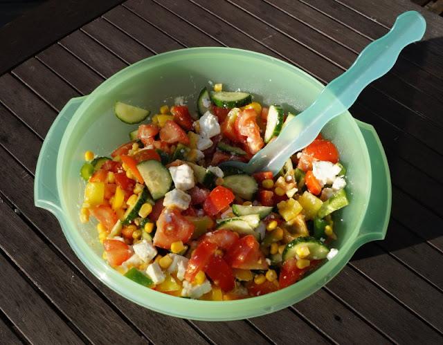 Bunter Sommersalat: Perfekt zum Grillen oder einfach so! Die Zutaten könnt Ihr variieren und der Salat schmeckt gleichermaßen zu Fisch und Fleisch und überhaupt allem Gegrillten.
