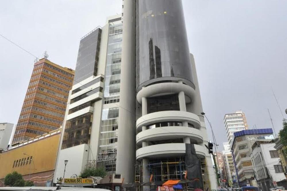 Vista del nuevo edificio del Ministerio de Economía en pleno centro paceño / PÁGINA SIETE