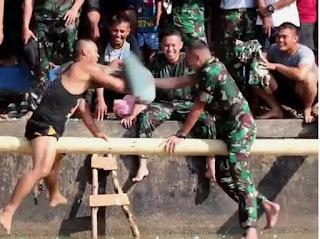 Nekat! Prajurit TNI Ini 'Gebuk' Komandannya sampai Jatuh