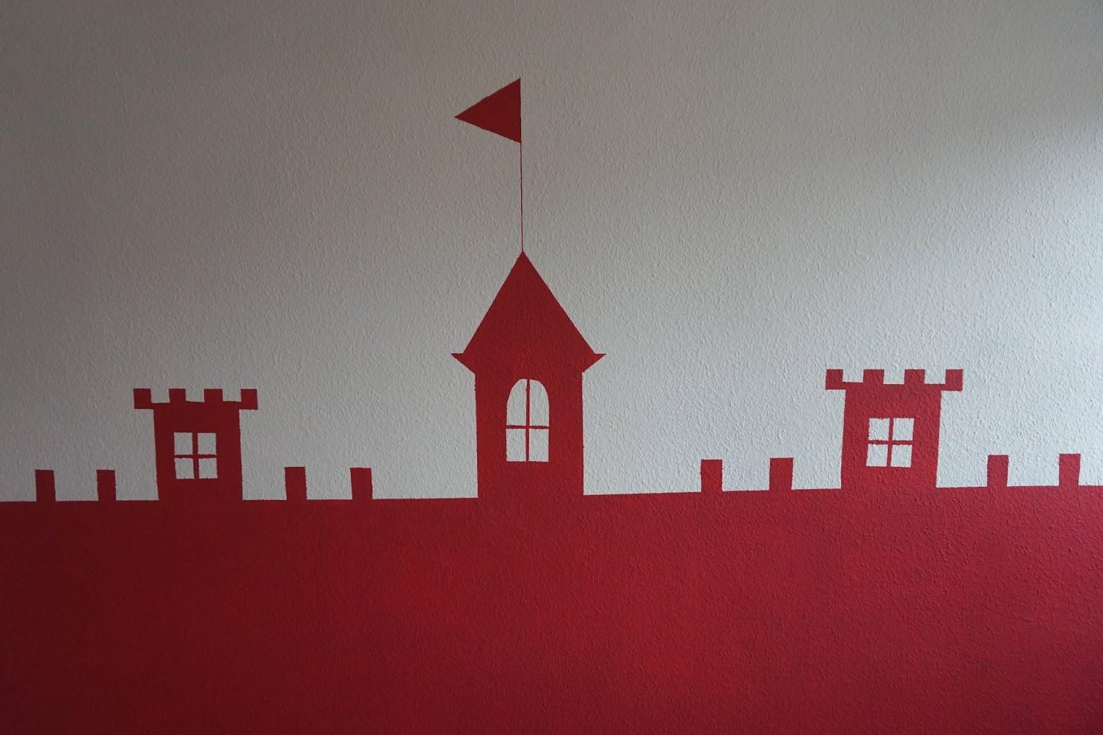 Diy so streicht ihr ein schloss an die wand im kinderzimmer for Wand ausbessern farbe