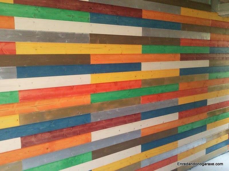 Pared cubierta de friso machihembrado de madera de colores. Enredandonogaraxe.com