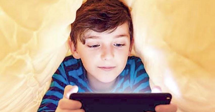 No dejes que tu hijo duerma con el teléfono móvil. Puede alterarle sus hábitos de sueño.