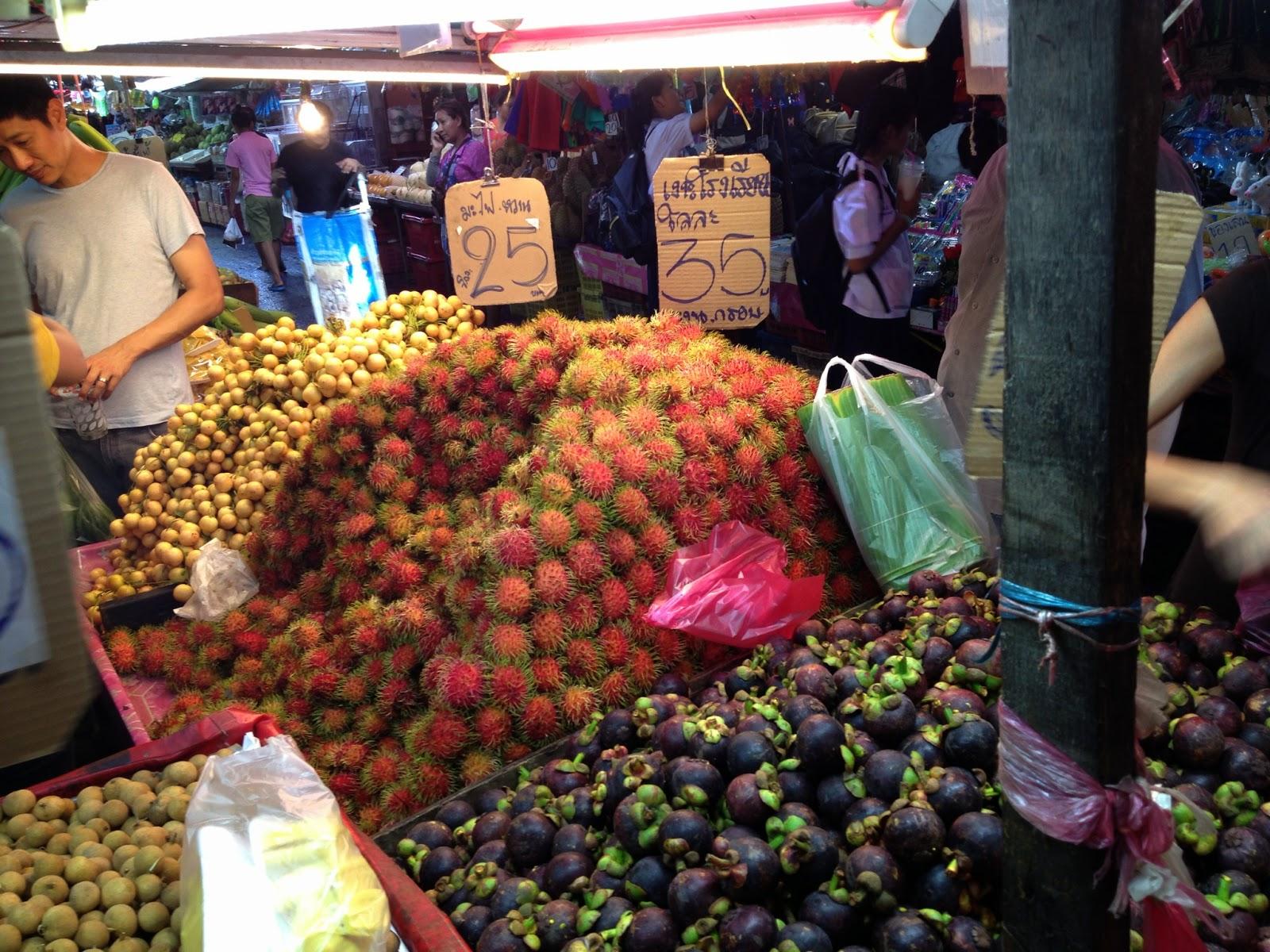 Bangkok - Wet market - mangosteen and rambutan