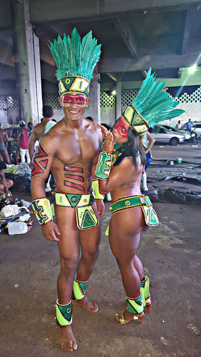 Livia Duarte ao lado do atleta Adriano Sacramento no barracão da Rocinha. Foto: Arquivo pessoal