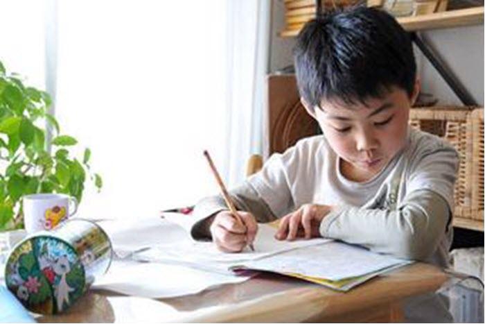 Cách giúp trẻ bớt lo âu, căng thẳng trong mùa thi