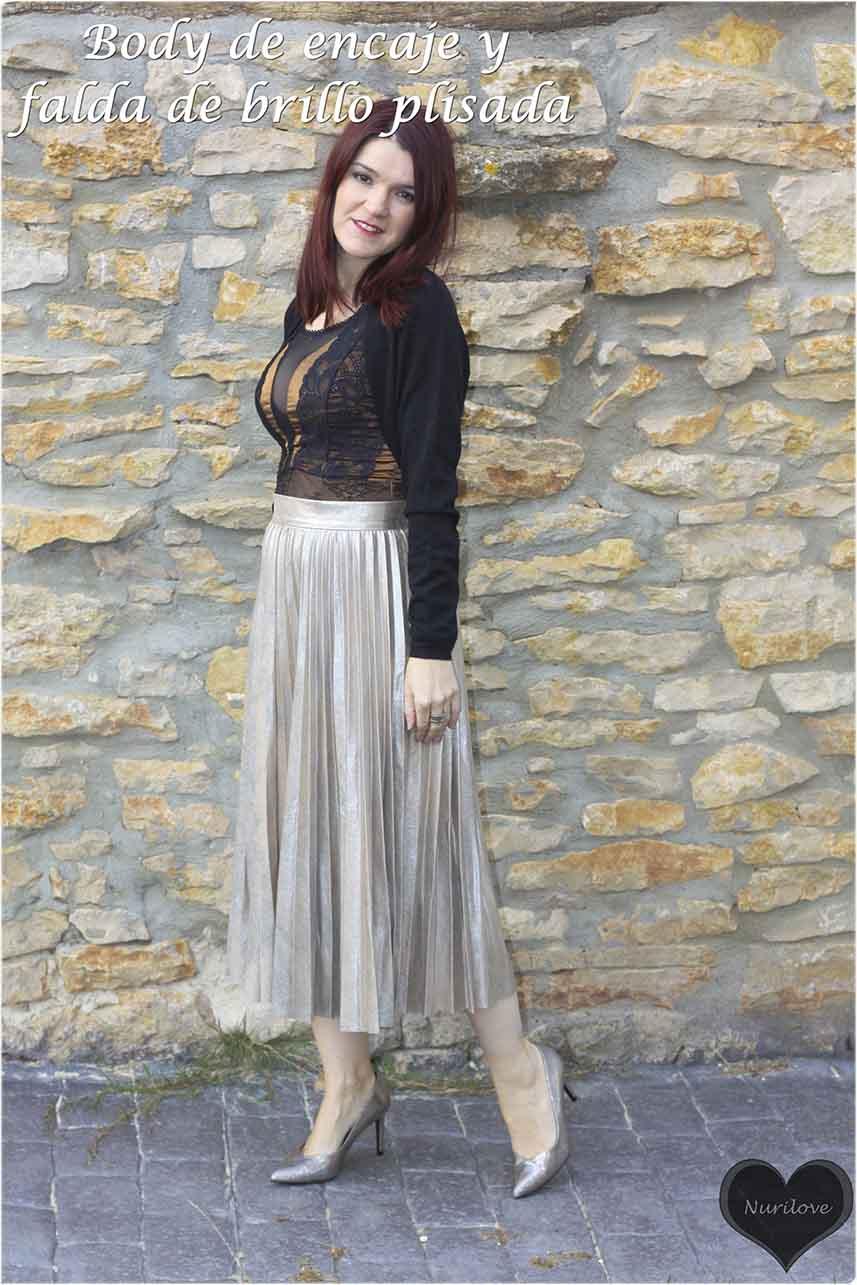 body de encaje con falda plisada de brillo, look perfecto para las fiestas navideñas