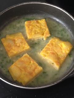 Cocinar tortilla en la salsa