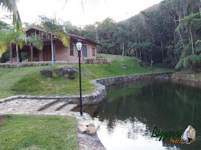 Construção de lagos com os muros de pedra, escada de pedra, sendo lago executado com a cabana rústica com toras de eucalipto com as paredes de tijolo a vista de demolição em Piracaia-SP.