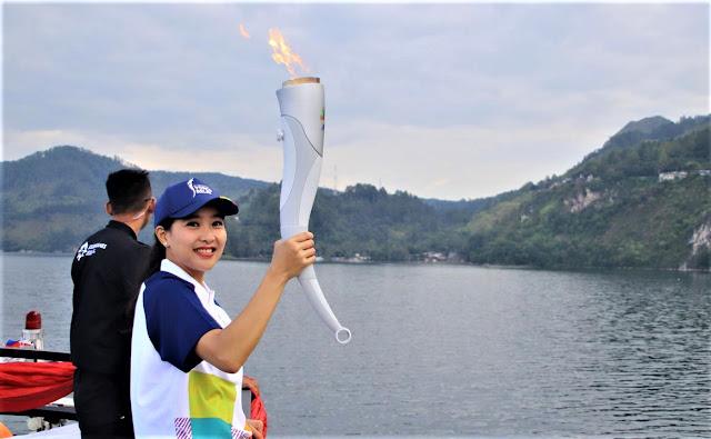 Artis Olivia Zalianty membawa obor Asian Games 2018 berkeliling Danau Toba di Sumatra Utara