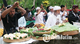 Romo Mangku Musiram memimpin umat Hindu Tulungagung melaksanakan upacara Galungan di Pura Jagad Tulung Urip - Foto/tribun jatim