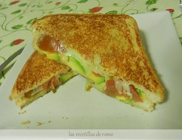 """Sandwich de aguacate, queso y tomate"""