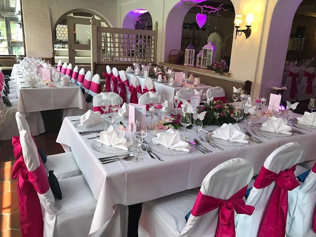 HOchzeitsdinner im Seehaus, Pink travel themed wedding - Reise ins Glück Hochzeitsmotto im Riessersee Hotel Garmisch-Partenkirchen, Bayern Sommerhochzeit im Seehaus in den Bergen, Hochzeitsplanerin Uschi Glas