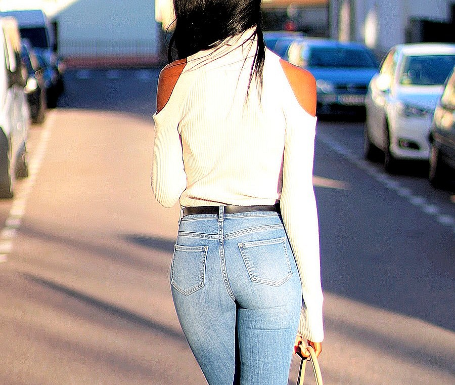 sexy-back-jeans-taille-haute-pull-epaules-denudees