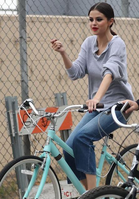 Селена Гомес - катається на велосипеді