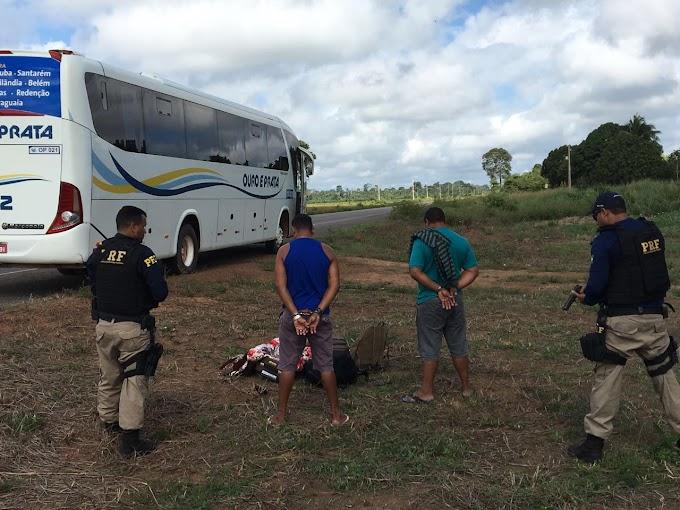 PRF prende homens transportando drogas em ônibus