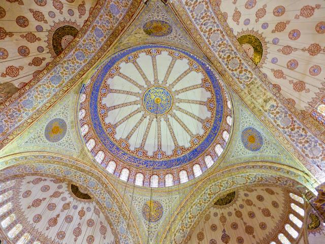 Cúpulas del interior de la Mezquita Azul en Estambul
