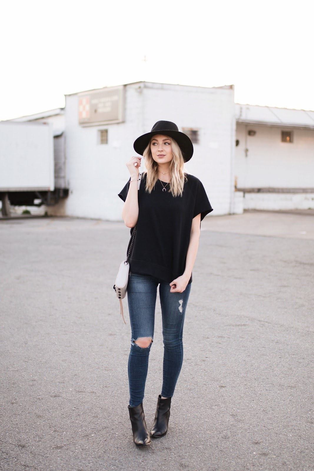 casual outfit / short sleeve sweatshirt