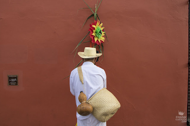 Farolero en calles de Oaxaca durante la guelaguetza