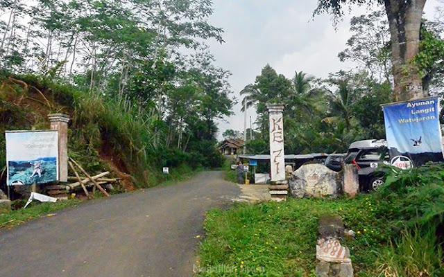 Petunjuk arah menuju area parkir Ayunan Langit Kulon Progo
