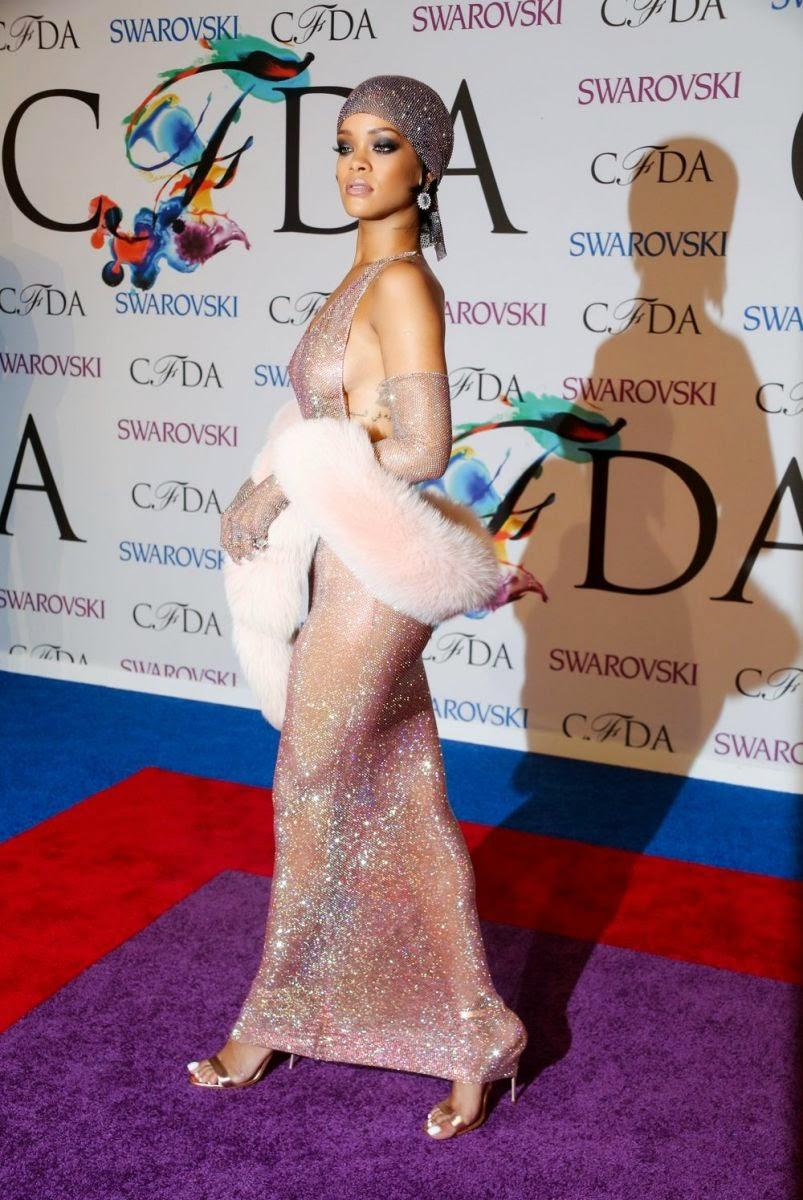 Рианна надела прозрачное платье из 230 000 кристаллов Сваровски