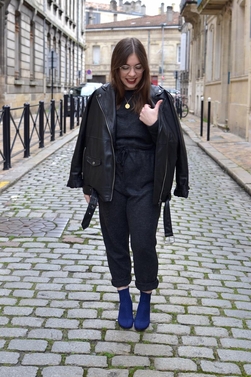 combinaison douce grise Zara, perfecto noir Monki, bottines chaussette rayé bleu et noir Zar