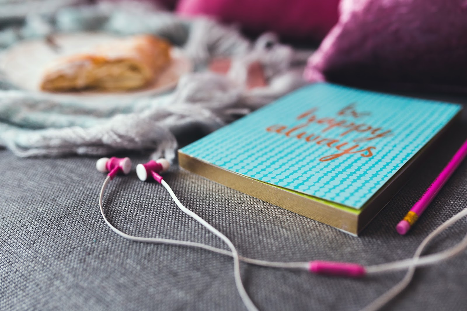 http://kaboompics.com/one_foto/1316/notebook-and-pink-earphones