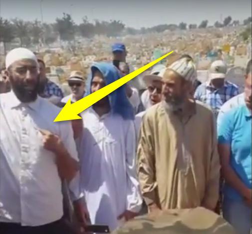في موقف نادر، رجل يقول في جنازة أحد الشيوخ: من له دين على الفقيد فأنا كفيله وأبرئ ذمته