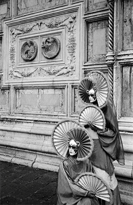 http://kvetchlandia.tumblr.com/post/152546355093/leonard-freed-dressed-for-carnival-venice