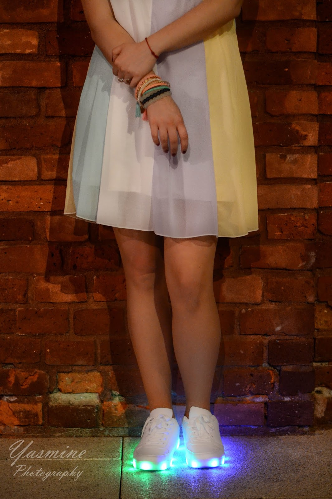stylizacje festiwalowe ze smeakersami sneakersy disco light renee recenzja melodylaniella lookbook fashion zaful dress