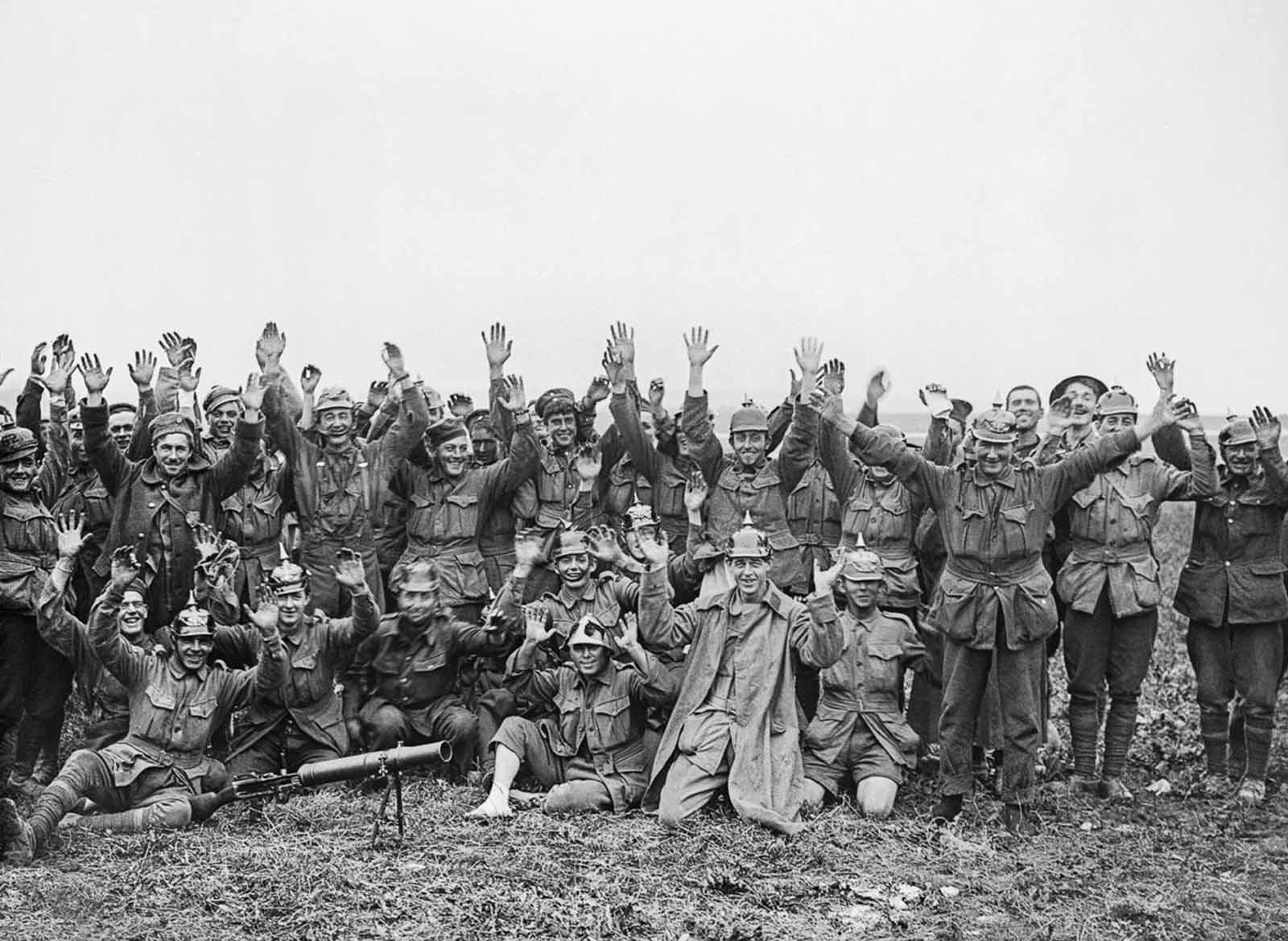 Los hombres de la 1ra División Anzac, algunos con cascos alemanes, posan para la cámara después de pelear cerca de Pozieres Ridge. 23 de julio de 1916.