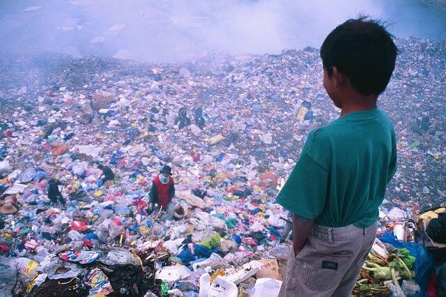 Comunidad colecta basura y la clasifica