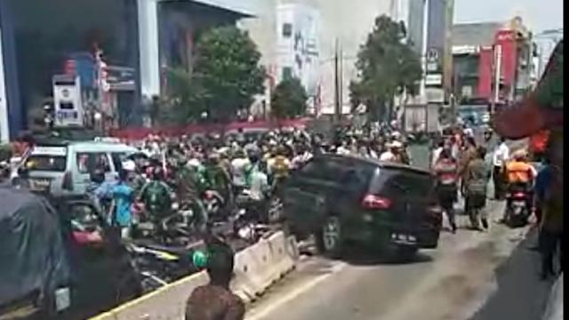 Detik-detik Mobil Dirusak Massa di Halte Mangga Besar