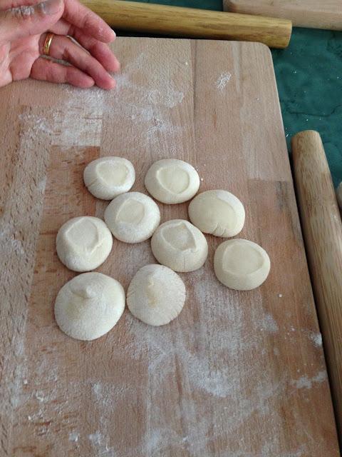 Gesneden en platgeduwde deegstukjes voor de dumplings