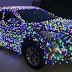 Un homme recouvre sa voiture de 20 000 lumières de Noël