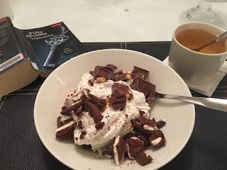 herkkujäätelöannos, vanilja, suklaa, kermavaahto, dominokeksi, hasselpähkinäsuklaa, lempiherkkua