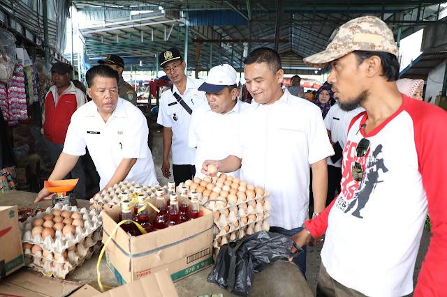 Tim monitoring Pemkab Asahan saat meninjau harga sembako.