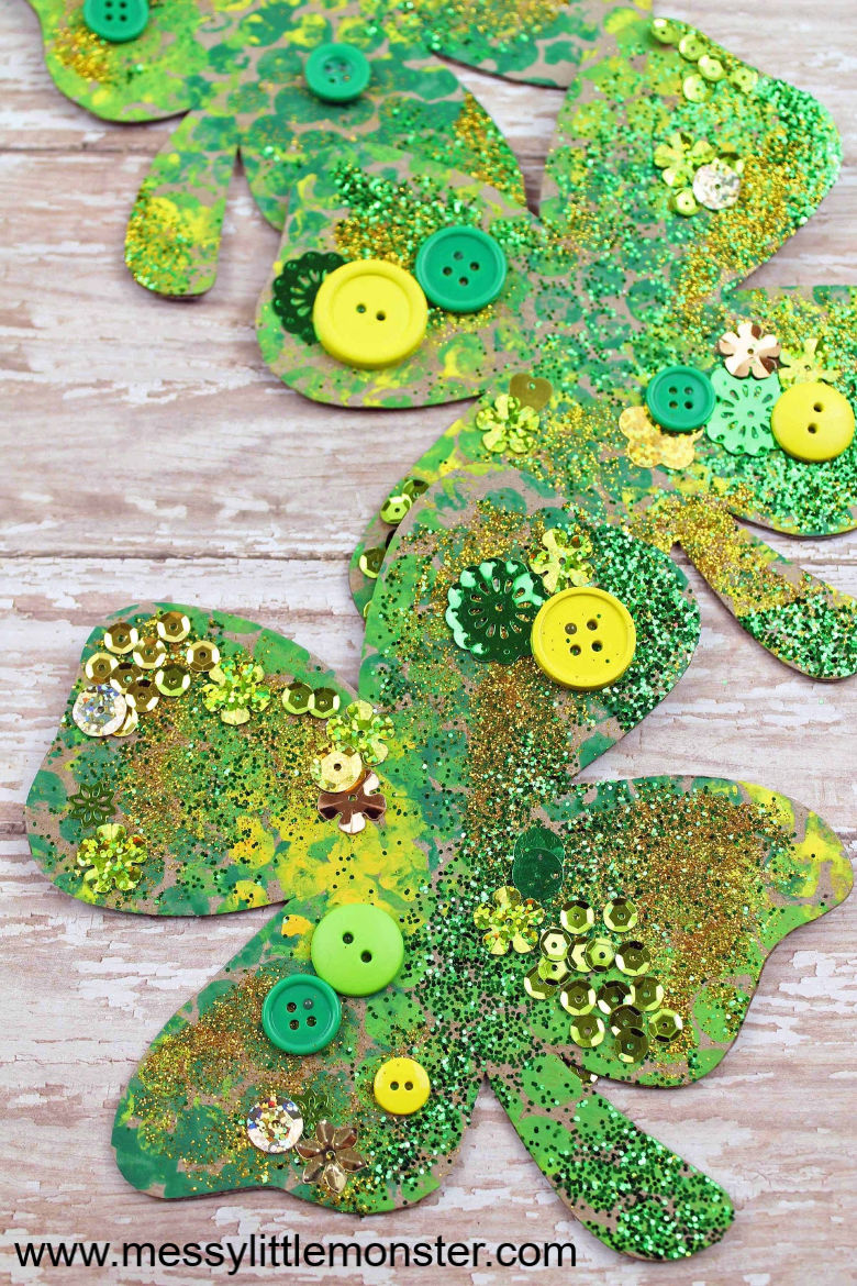 You have to try this bubble wrap shamrock craft! Bubble wrap painting is so much fun and using our free printable shamrock template this St Patricks day craft could'nt be any easier!