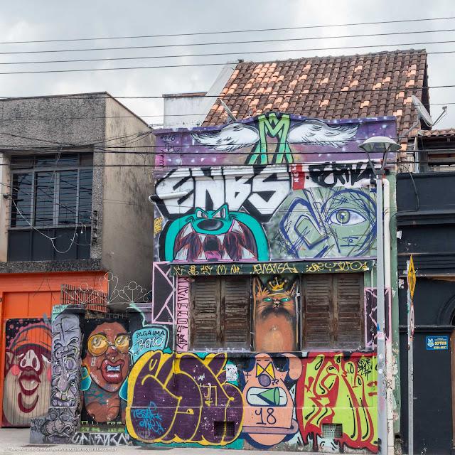 Casa com fachada totalmente coberta de grafite