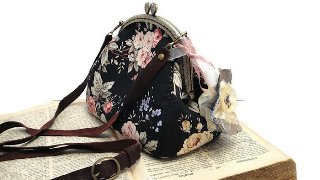 Черная сумка с розами - ремешок из натуральной кожи. Авторская сумка ручной работы. Подарок девушке. Курьерская или почтовая доставка два - пять дней