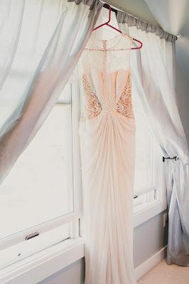 Vestido de novia colgado en la ventana