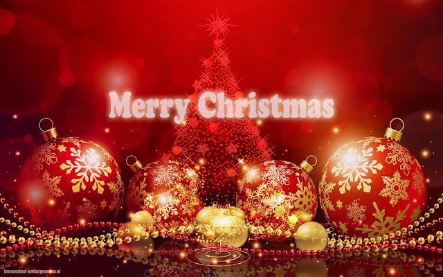 Rode kerst achtergrond met rode kerstballen, kralen, kerstboom, lichten en de tekst Merry Christmas